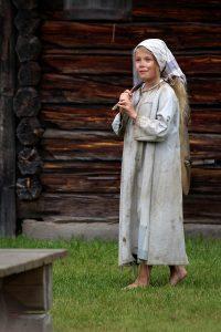 Vendela Sjöstrand som föräldralösa Lisbeth från Lingärde
